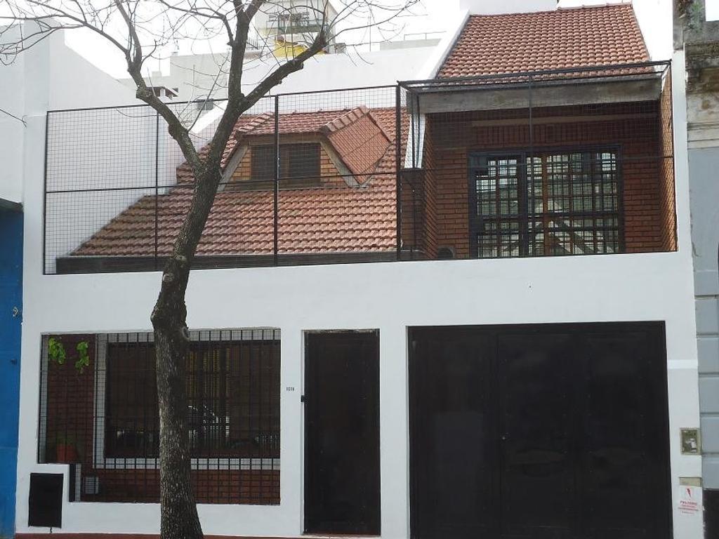HERMOSA CASA DE 5 AMBIENTES EN LOTE PROPIO CON PATIO QUINCHO Y TERRAZA, GARAGE PARA 2 AUTOS