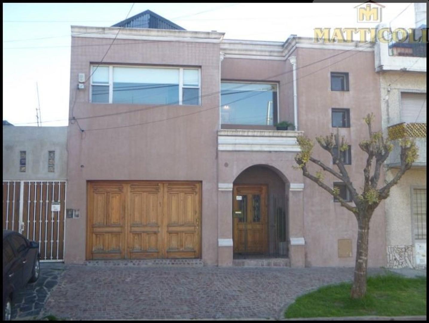 Hermosa casa 4 ambientes c/3 baños, quincho y Garaje p/3 autos!! IMPECABLE!!!