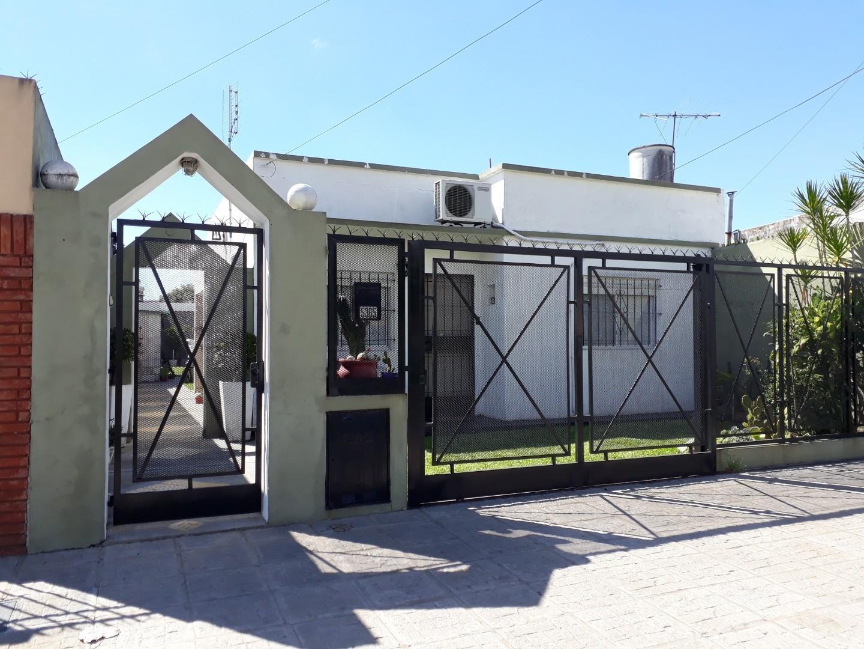 IMPECABLE casa en VENTA con lindísimo jardín en Villa Ballester!!! Muy buenos accesos!!!