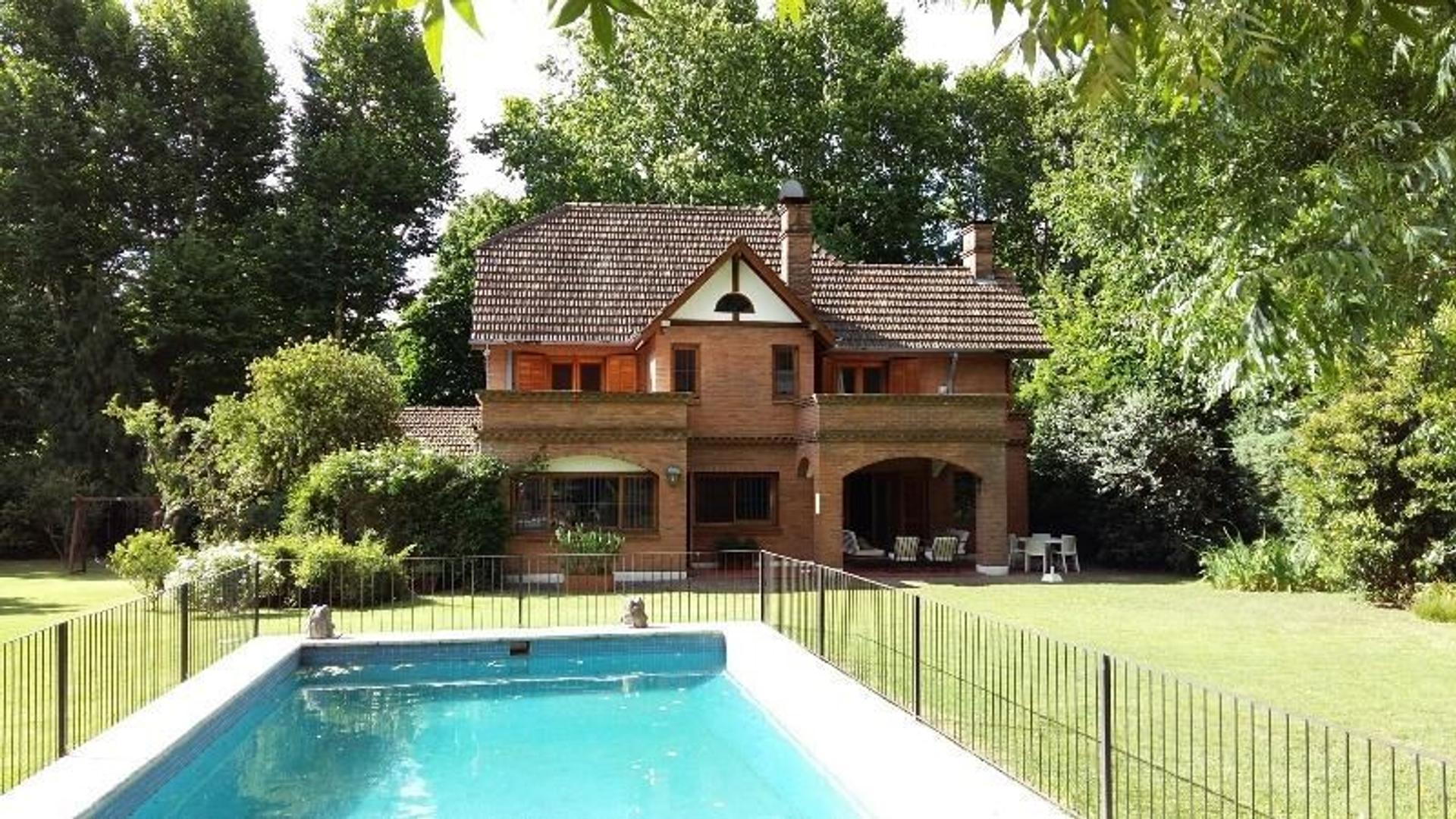Casa en venta en San Isidro, espectacular parque. Pileta y quincho.