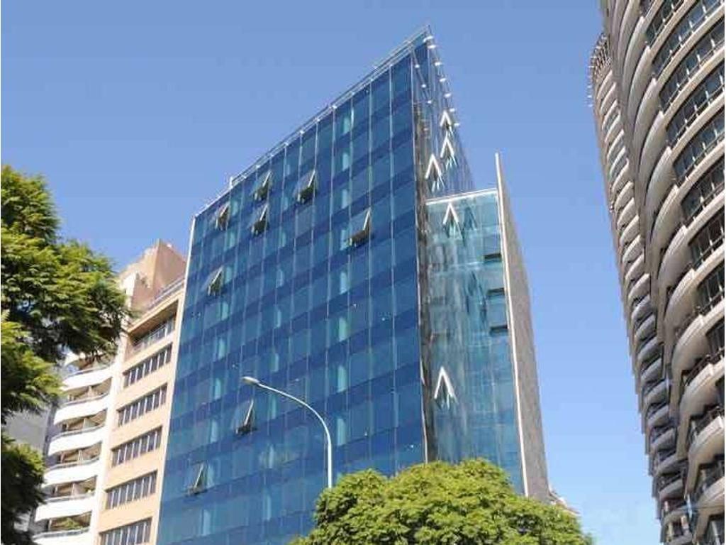 Piso de 401 m2. Edificio en semitorre. Vista a ciudad. En planta libre. Al frente.6 cochera(s).