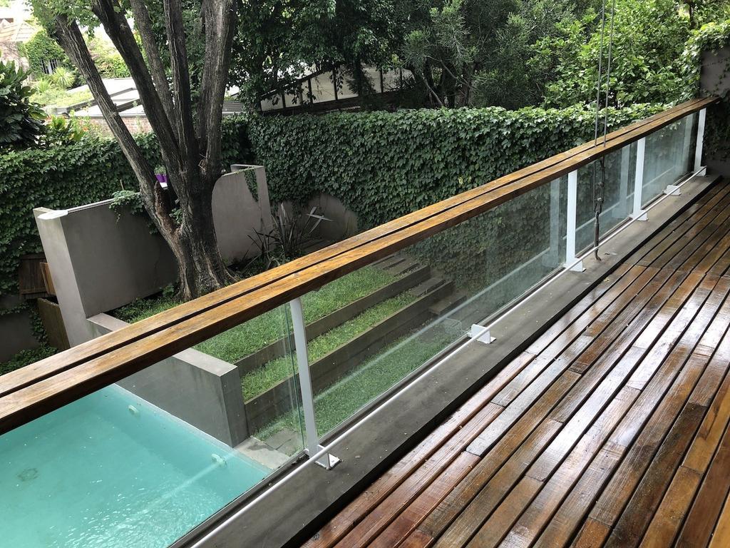 Dpto 3 amb muy amplio, doble altura, 2 dorm en suite y toilette Vista a jardín. Excelentes accesos