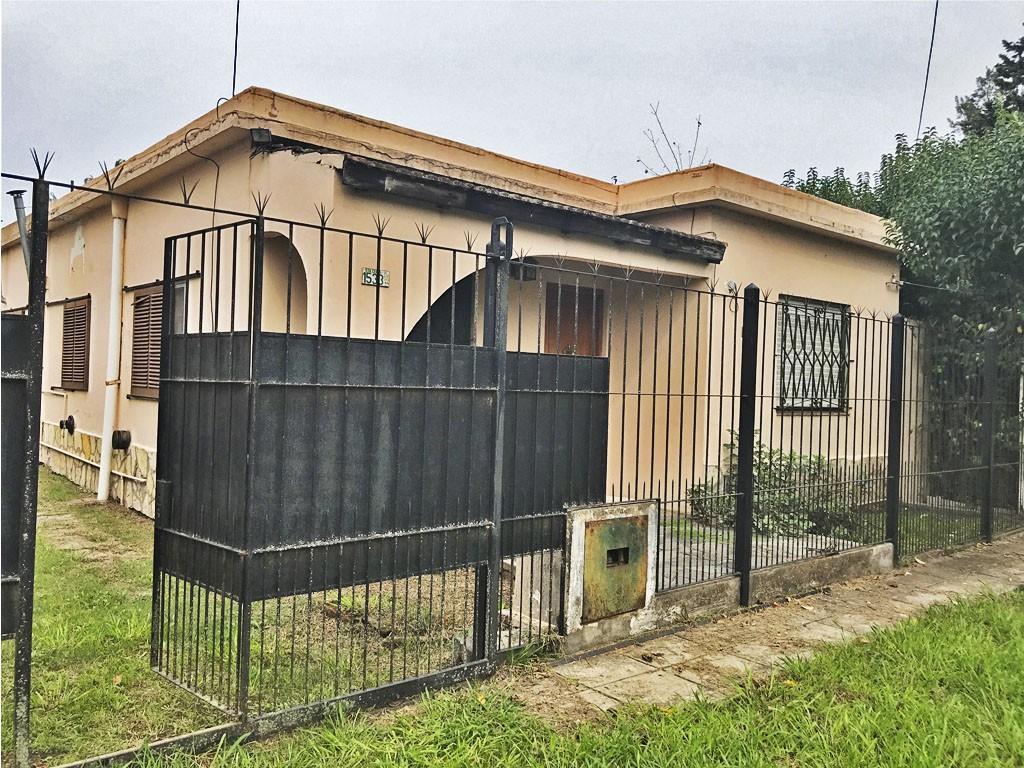 Casa estilo americana en alquiler. A metros de la calle Valentin Gomez, con piscina y amplio garage