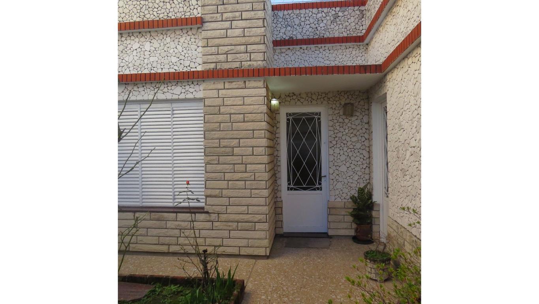 Casa de 3 amb. ubicada en el centro de Wilde, a metros de Las Flores.