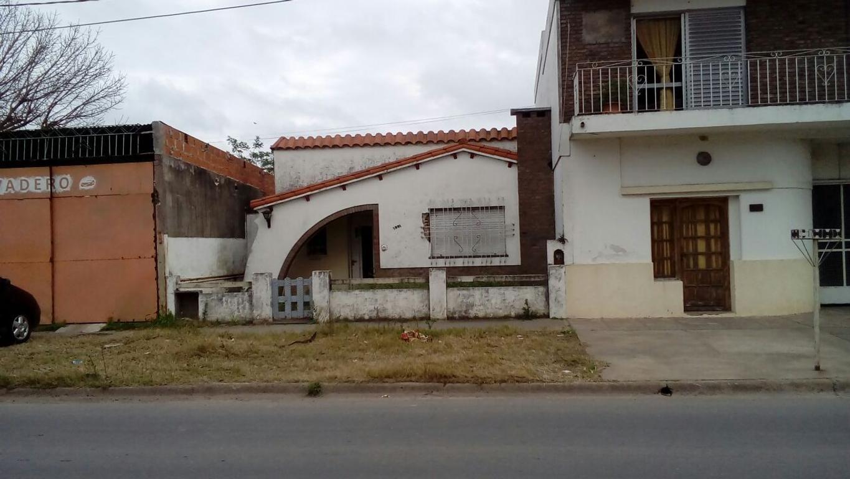 Casa en venta a refaccionar y apta constructor en la ciudad de SAN LORENZO