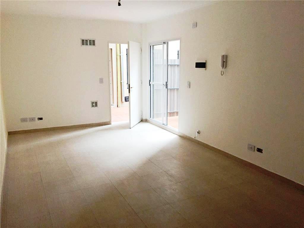 Departamento 2 ambientes amplios en planta baja con patio. Ideal inversor !!! con renta.