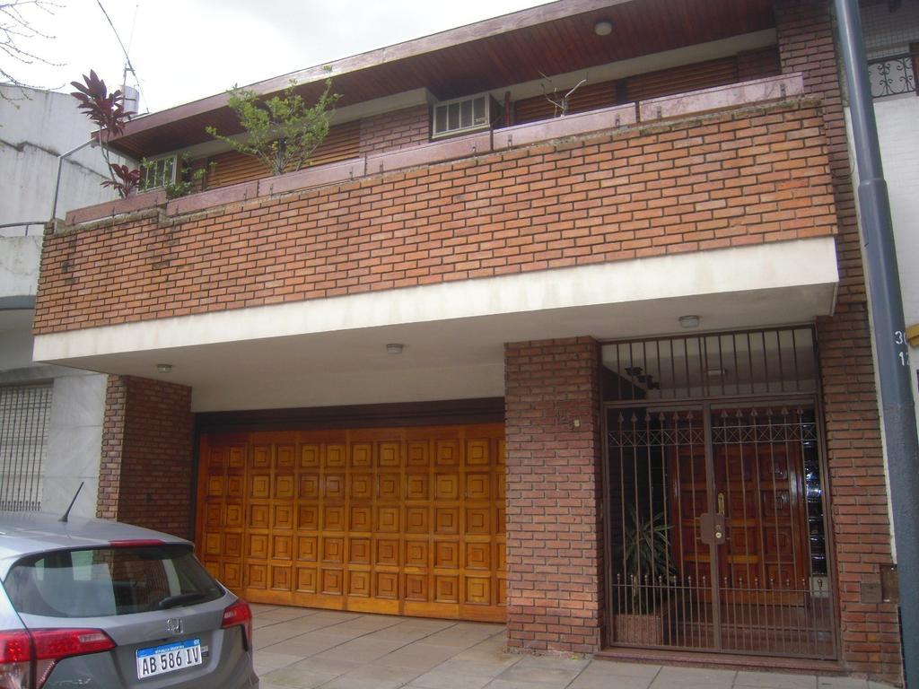 Espectacular casa frente al Parque Pereira. Garage para 2 autos, quincho, ascensor, etc. Unica