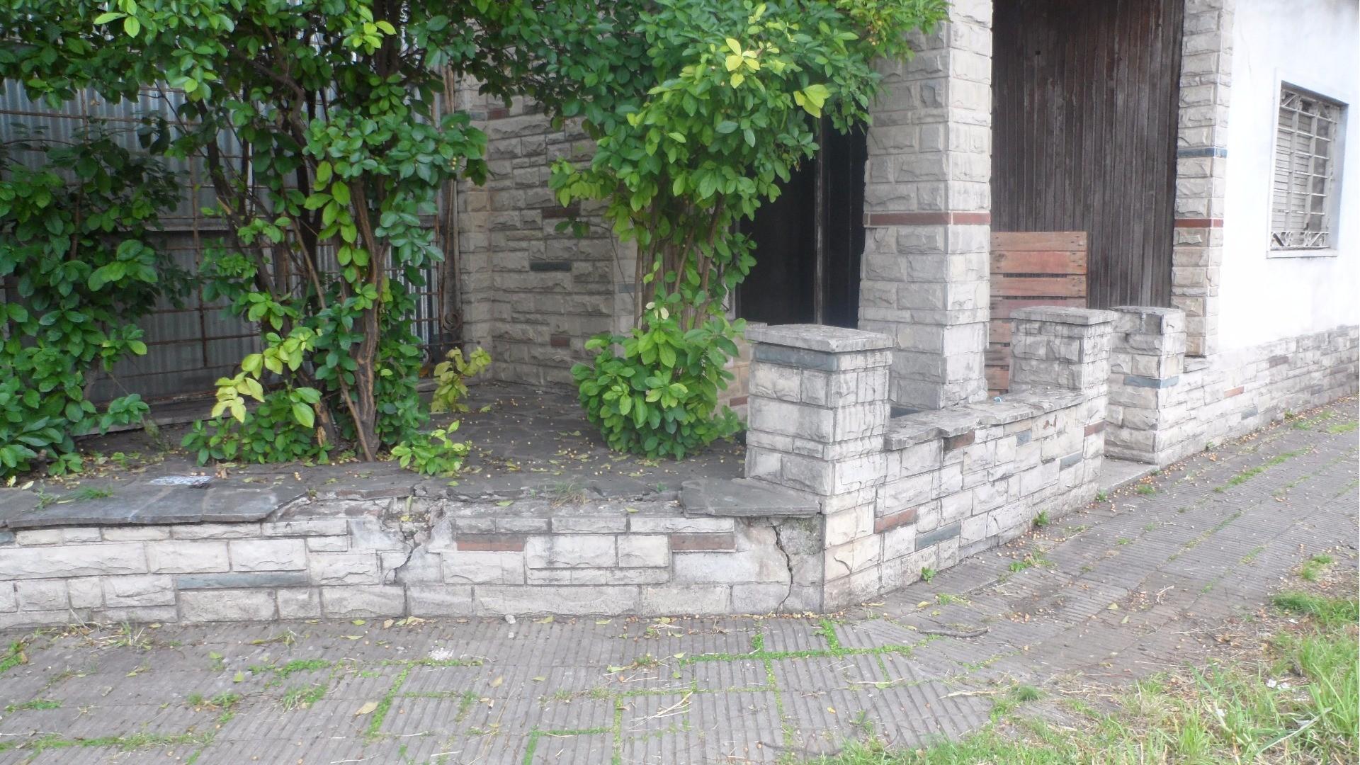 OPORTUNIDAD  A  RECICLAR  Casa 3 Amb 2 Plantas  Garage Patio 20mts Zona Residencial