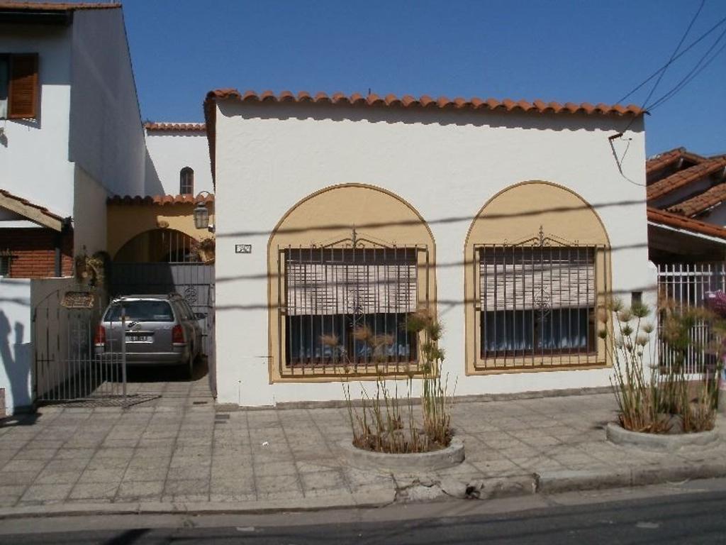 Casa de 4 amb. en estilo colonial con dependencia, garage pasante, amplio fondo y quincho.