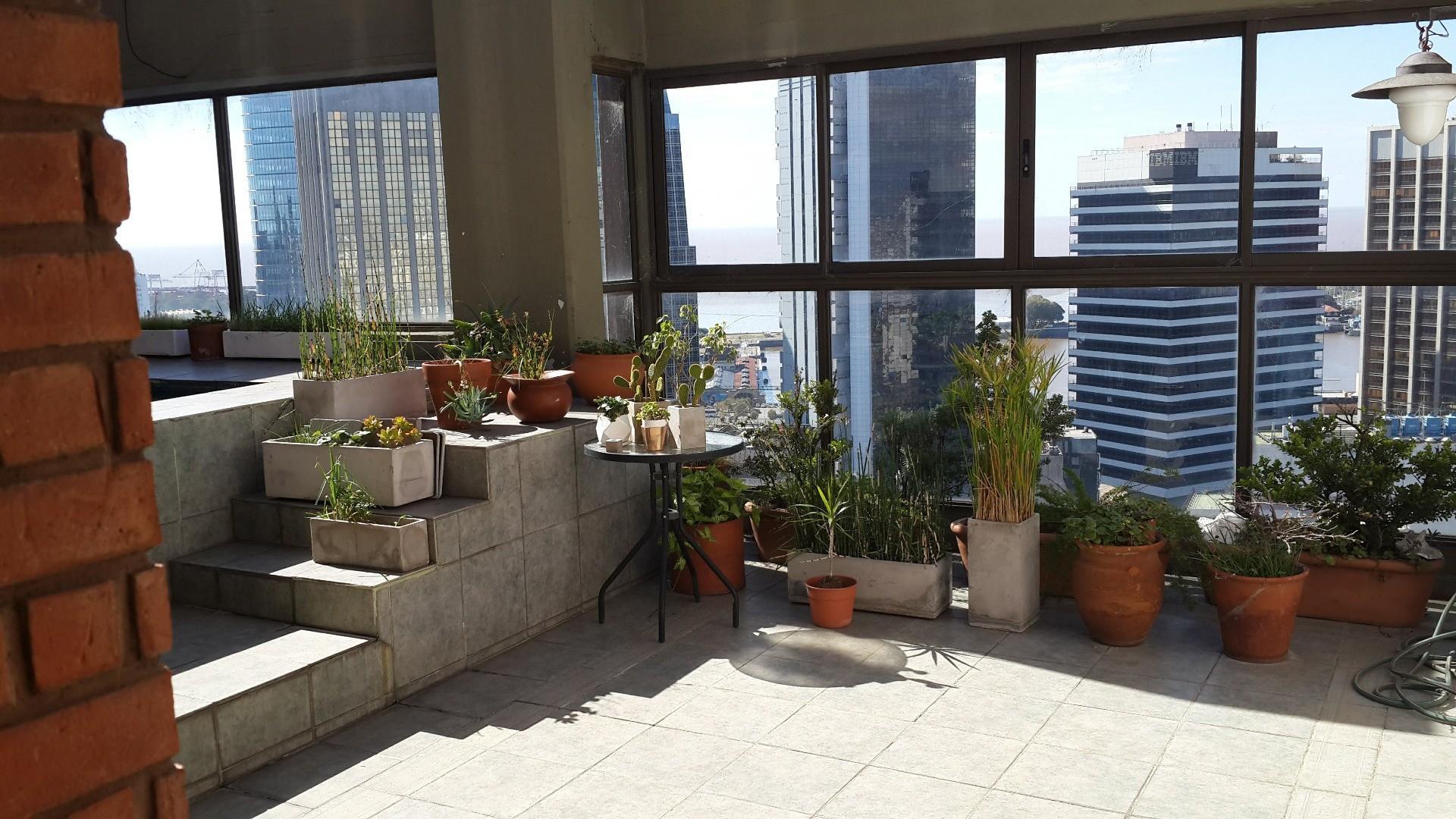 ÚNICO TODO SOL !!!  Departamento con Terraza y pileta propia, 5 ambientes con dep. y  cochera .