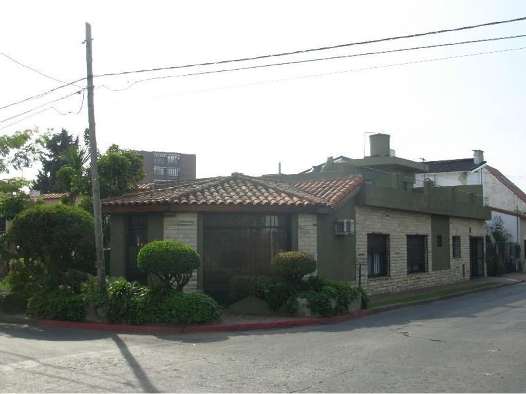 Ideal Profesionales. Casa Castelar céntrico en esquina con local.