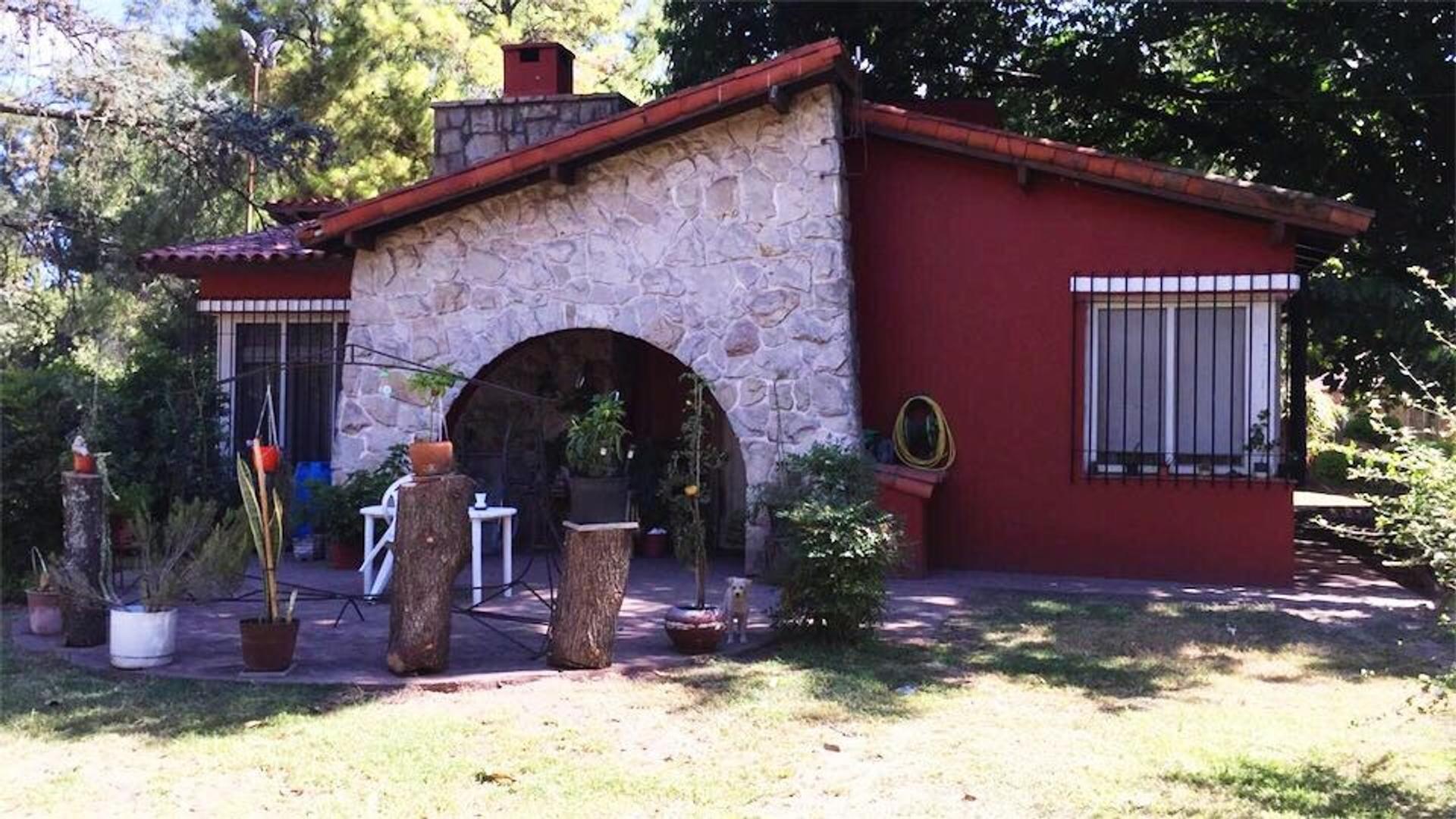 Quinta en Francisco Alvarez, 2 ha, 3 casas 6 ambientes - 5 dormitorios - 4 baños - 2 cocheras