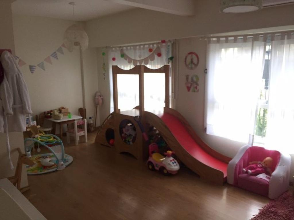 Excelente piso de 3 amb con cochera y baulera al frente en Olivos.