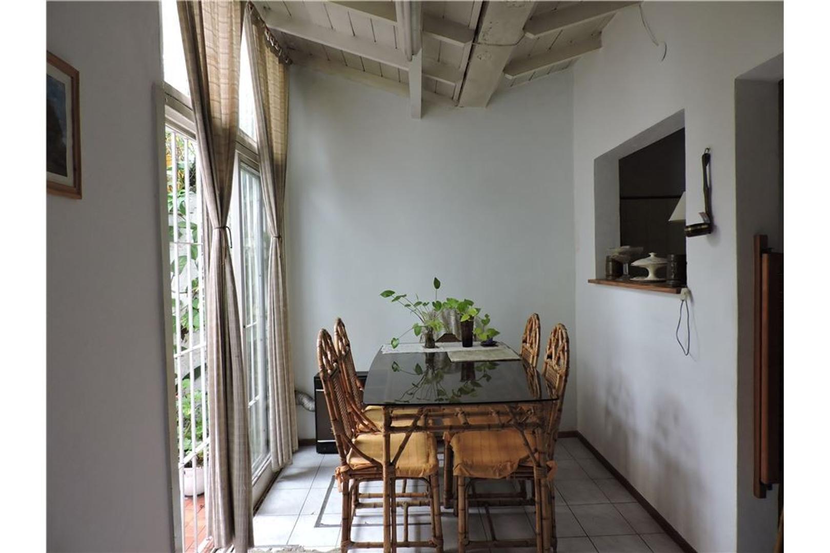 Casa con garage y 2 dormitorios en Castelar