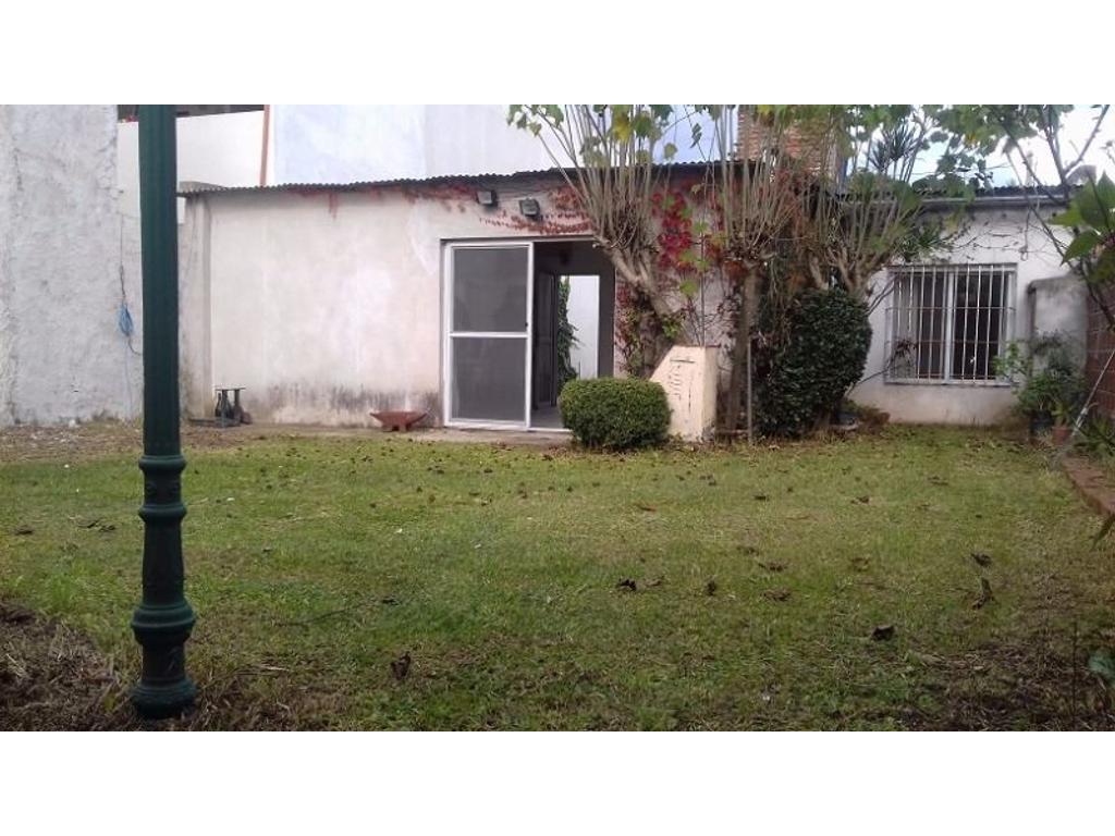 Casa Lote 10 x 30, con gran jardín, doble cochera & galpón!