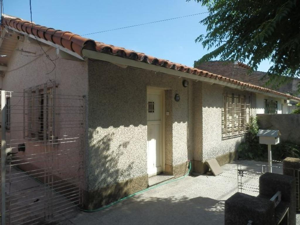 Casa en barrio obrero de 2 dormitorios, living, cocina, garage para 2 autos, fondo libre con parque
