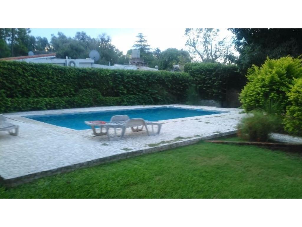 Casa quinta en Funes 4 dorm. piscina y jardín.