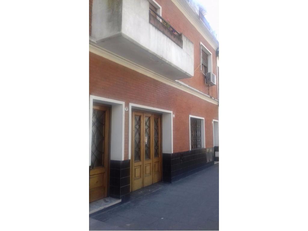 Casa en 2 plantas con garage, patio, terraza y quincho con parrilla