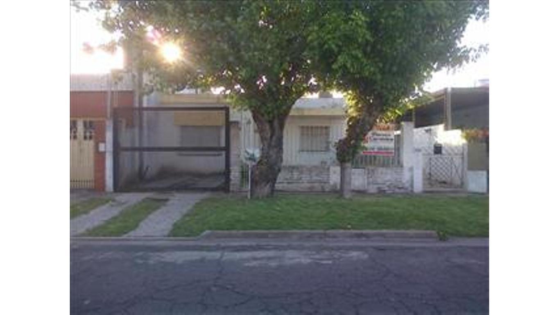 Casa en Venta 3 ambientes, jardin entrada  autos, patio