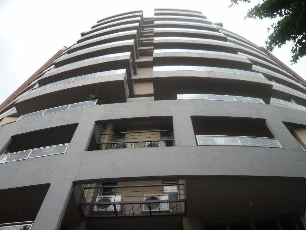 Alquiler de amplio departamento de 2 ambientes en edificio de Categoría.