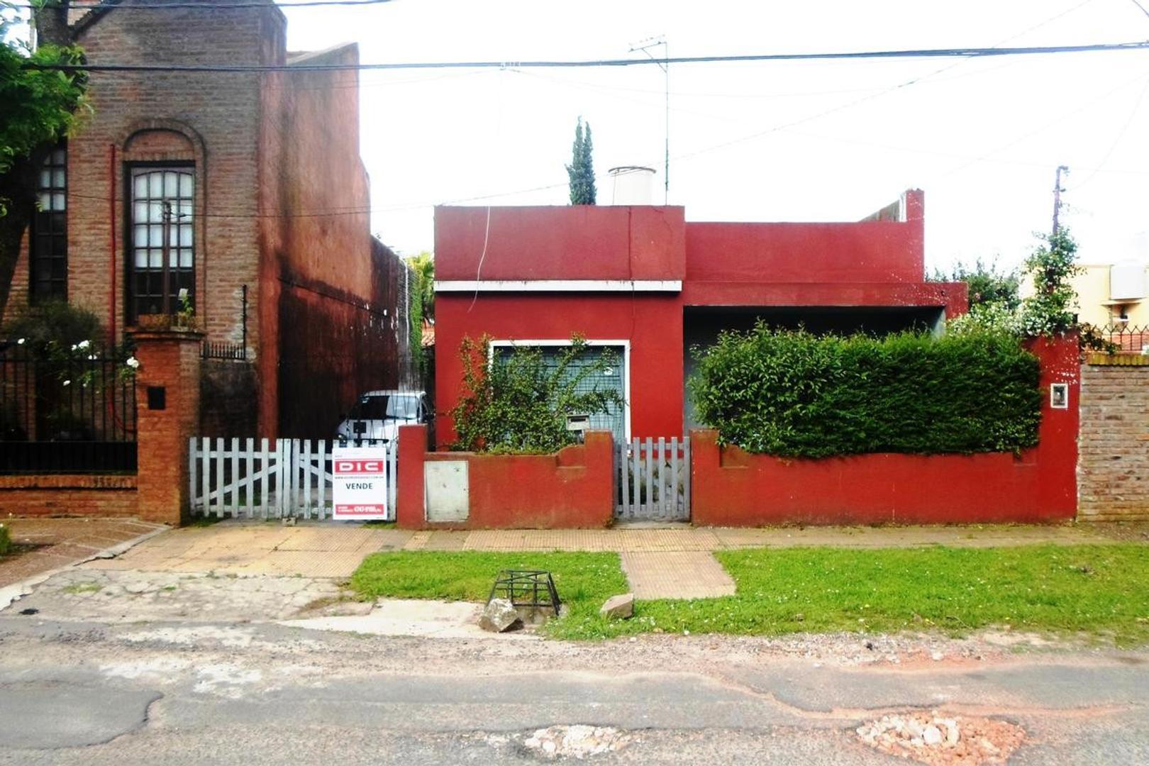 Casa sobre lote propio 10x20. 3 ambientes, entrada para dos autos. Patio, terraza. Muy buena ubicaci