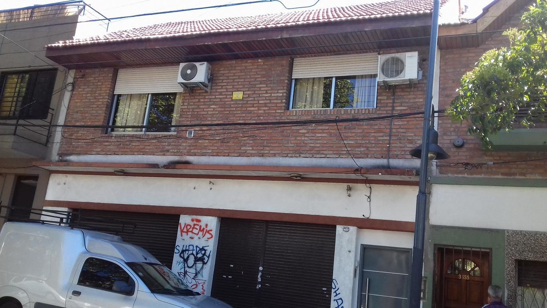 3 viviendas en block, 2 en PB y 1 en PA. Sup. 260 m2. Una actualmente local. A 1/2 cdra Av. Mitre.