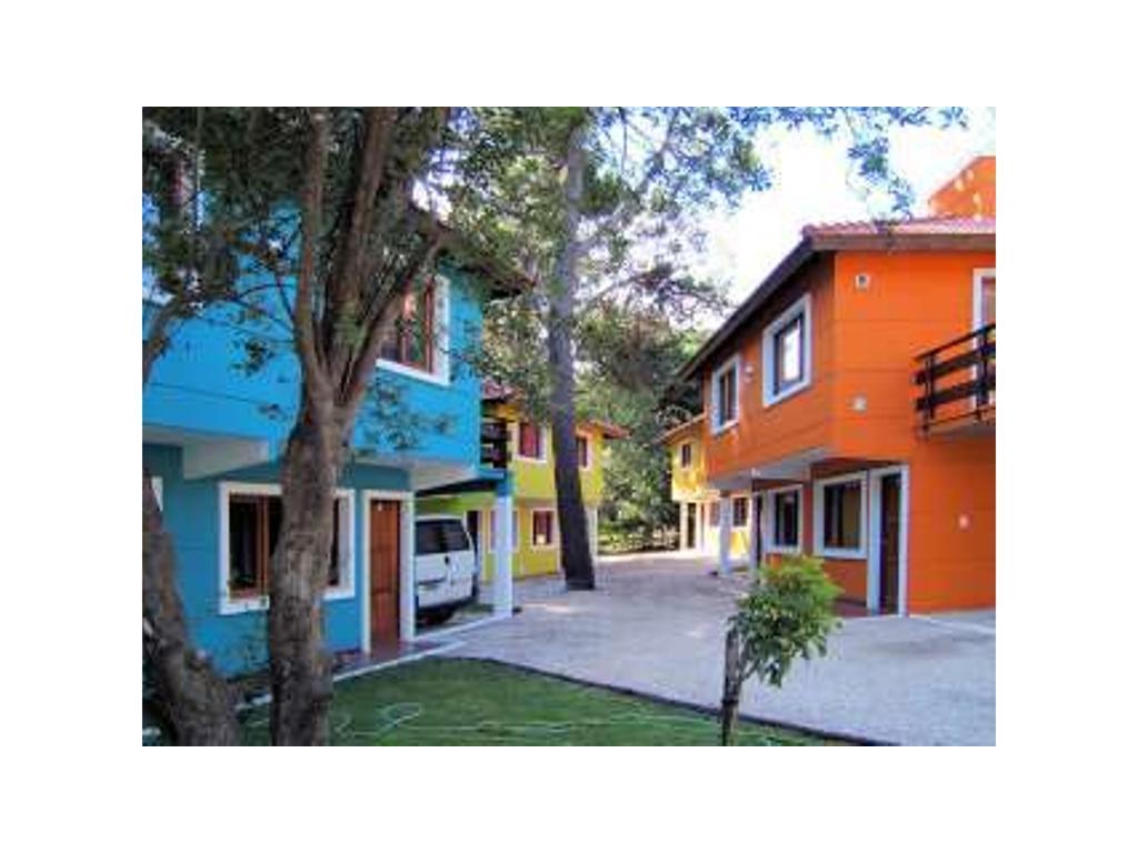 Venta en block 8 duplex y 2 casas