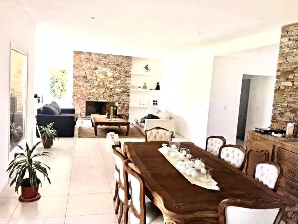 Casa de primera calidad en venta en El Encuentro, Tigre.