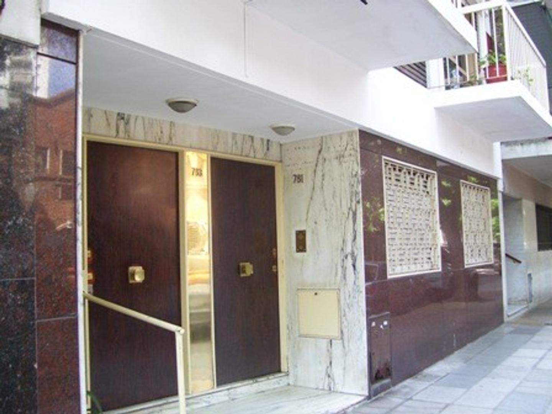 Departamento 3 ambientes con 2 balcones.