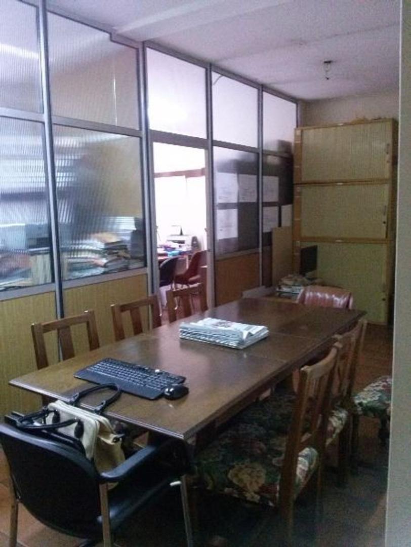 Belgrano. Amplia y luminosa oficina en esquina.