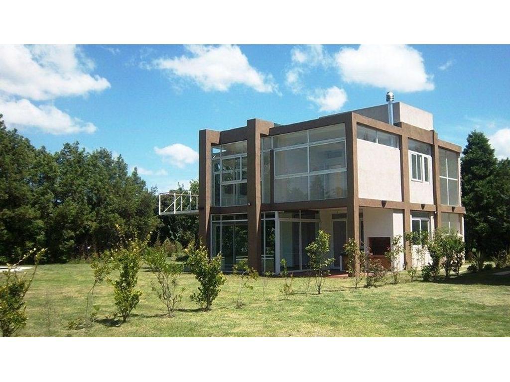 Moderna Propiedad de 320 m2 sobre lote de 1000m2 a Estrenar en el Barrio Privado el Rodal.