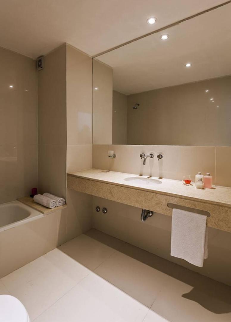 Rioja 1200. Oficinas 40m² aprox. Excelente calidad. A estrenar.