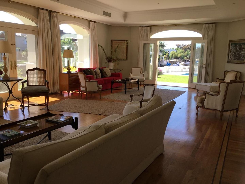 Casa temporaria con jardin, pileta, parrilla y amarra en Bº Cerrado Boating Club - San Isidro