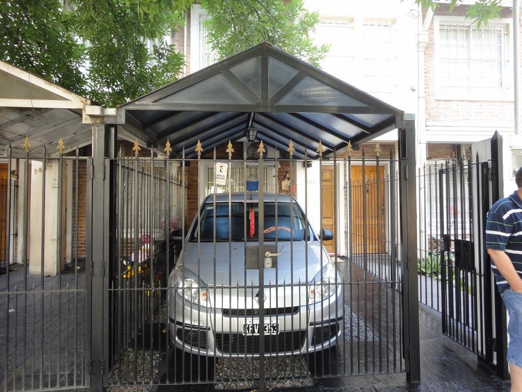 TRIPLEX DE 4 AMBIENTES C/ENTRADA DE AUTO  SEMICUBIERTA A UNA CUADRA DE FASOLA