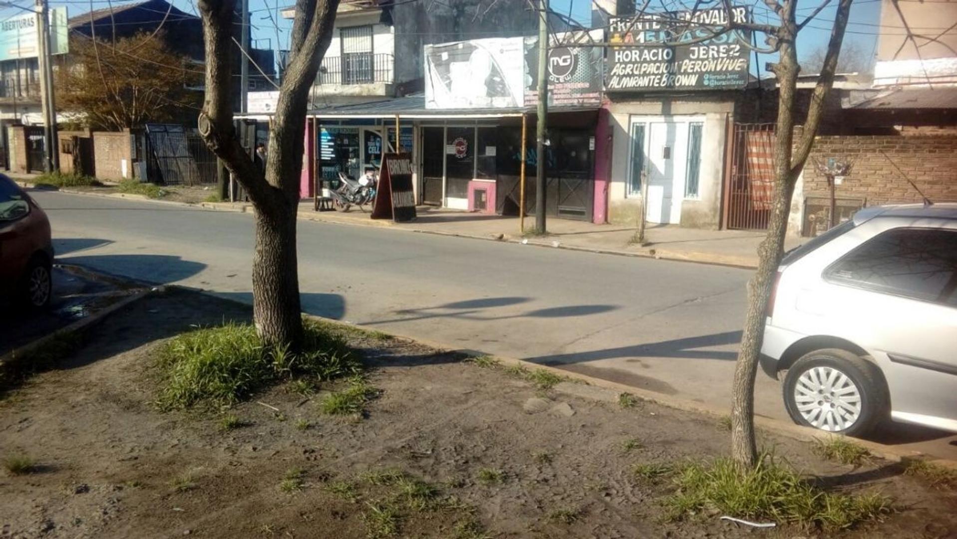 2 Locales con vivienda en el centro de glew