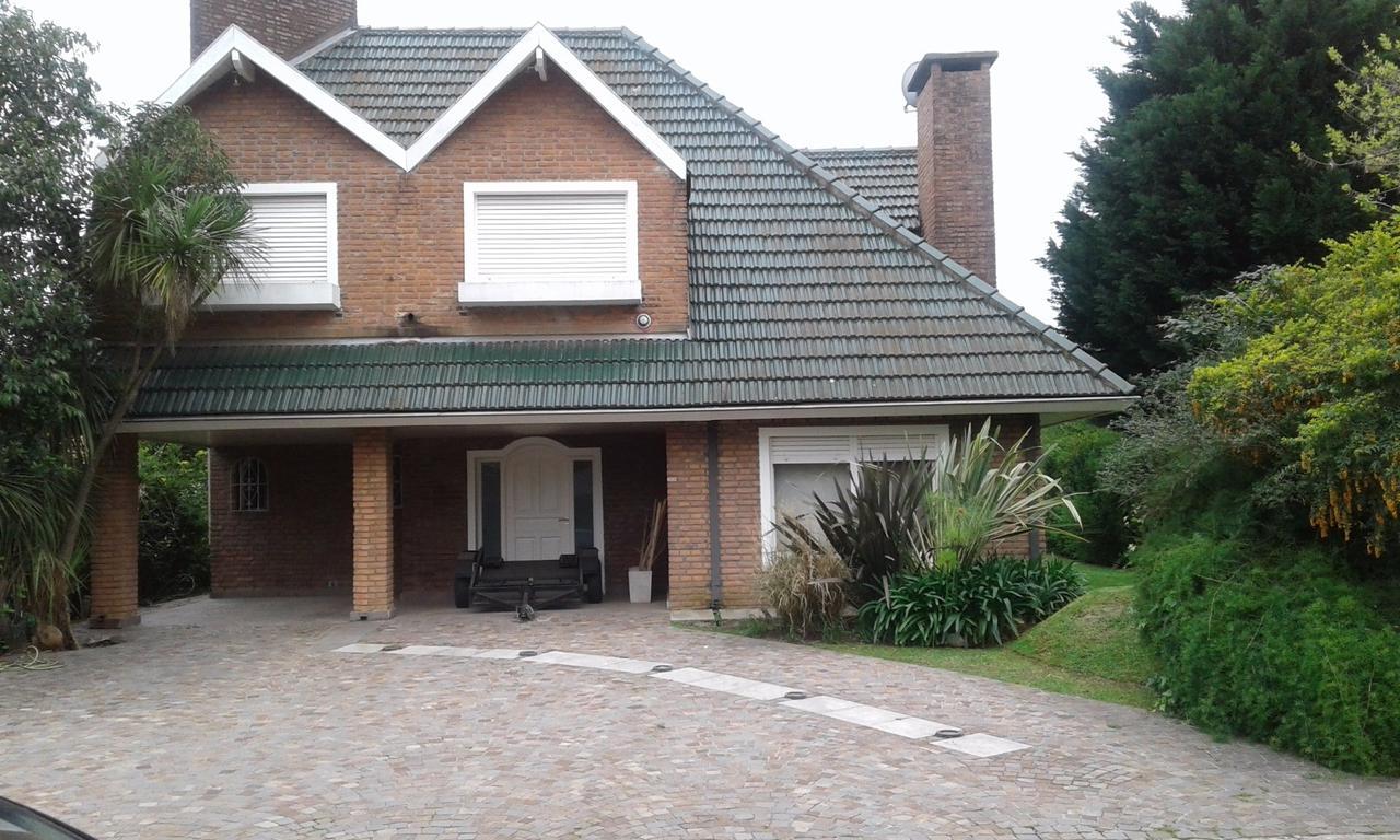 Impecable casa reciclada con excelente construcción a media cuadra del Club House