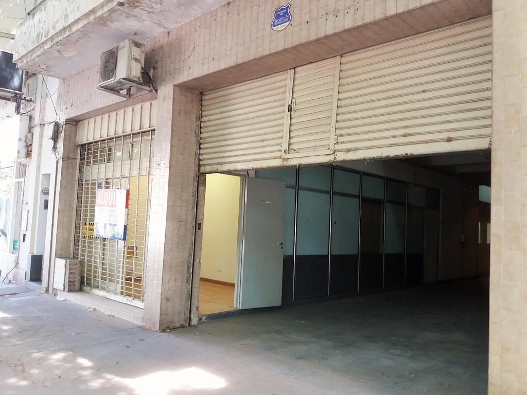 Confortable Local con Oficinas, deposito e Ingreso para Vehiculos.