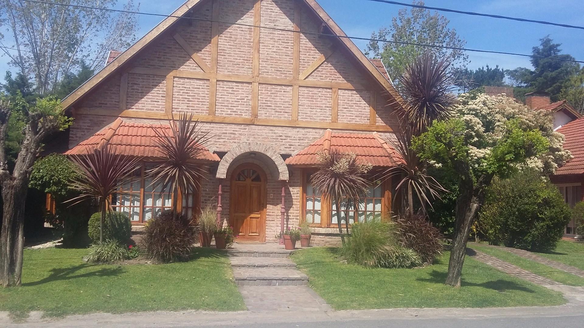 CHALET EN DOS PLANTAS BIEN UBICADO CERCA DE LA PASARELA QUE COMUNICA CON EL CLUB HOUSE