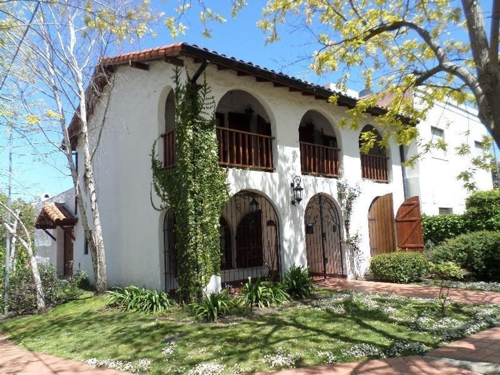 Casa en Esquina, en dos plantas, 4 amb. con garage para 2 autos | Barrio San Carlos
