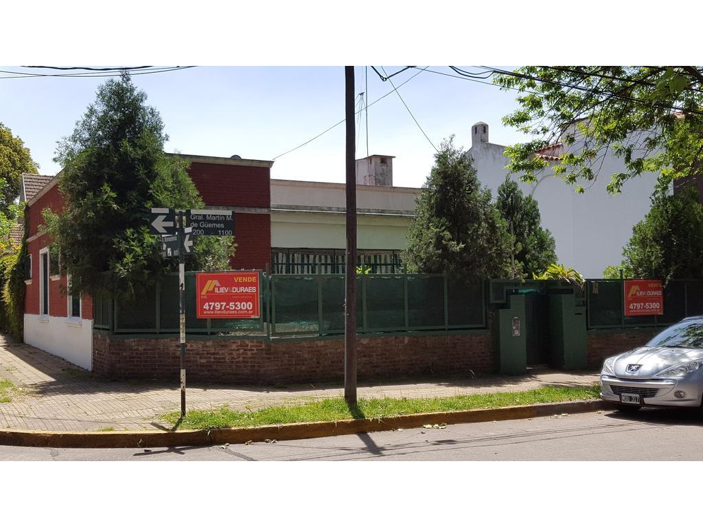 Solida casa en el corazon de Vte. Lopez sobre 450 m2 de lote para refaccionar y ampliar