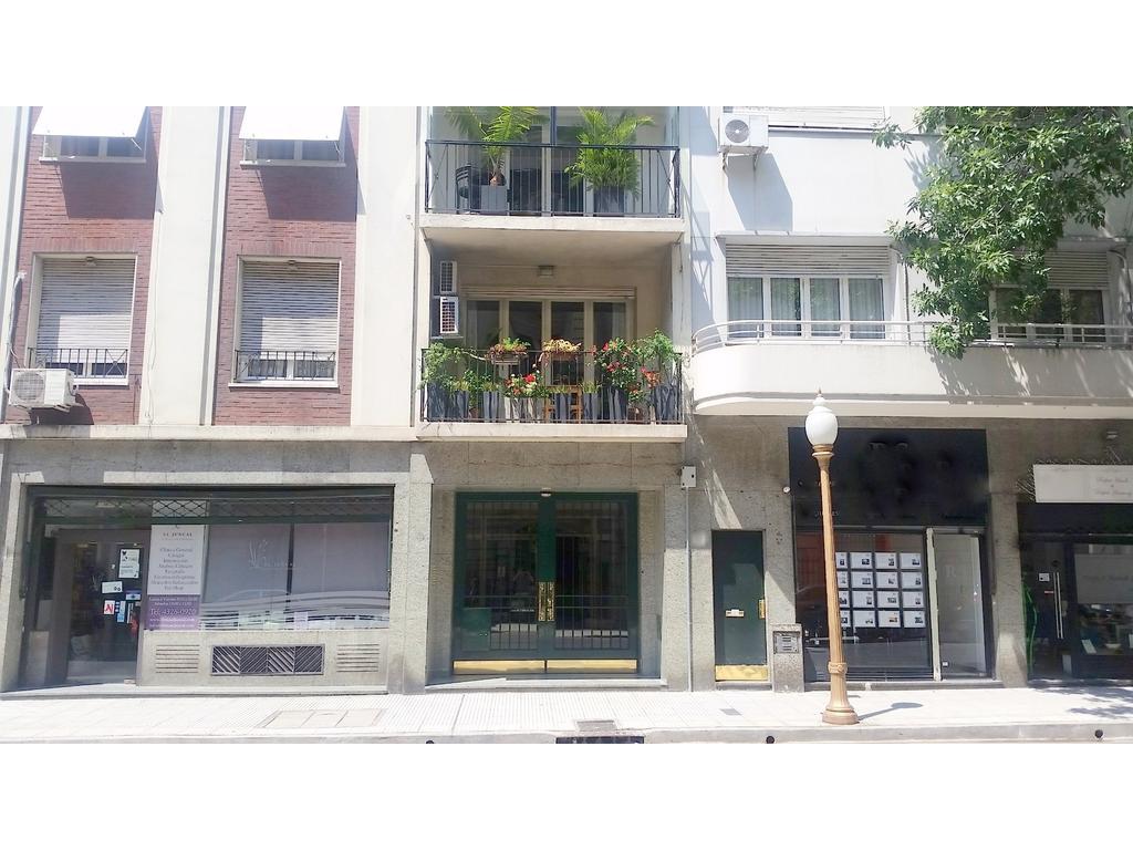 Juncal 952. Piso al frente con balcón. 220 m2. 3 dormitorios. Doble Living, y Comedor. Lav. 2 depend