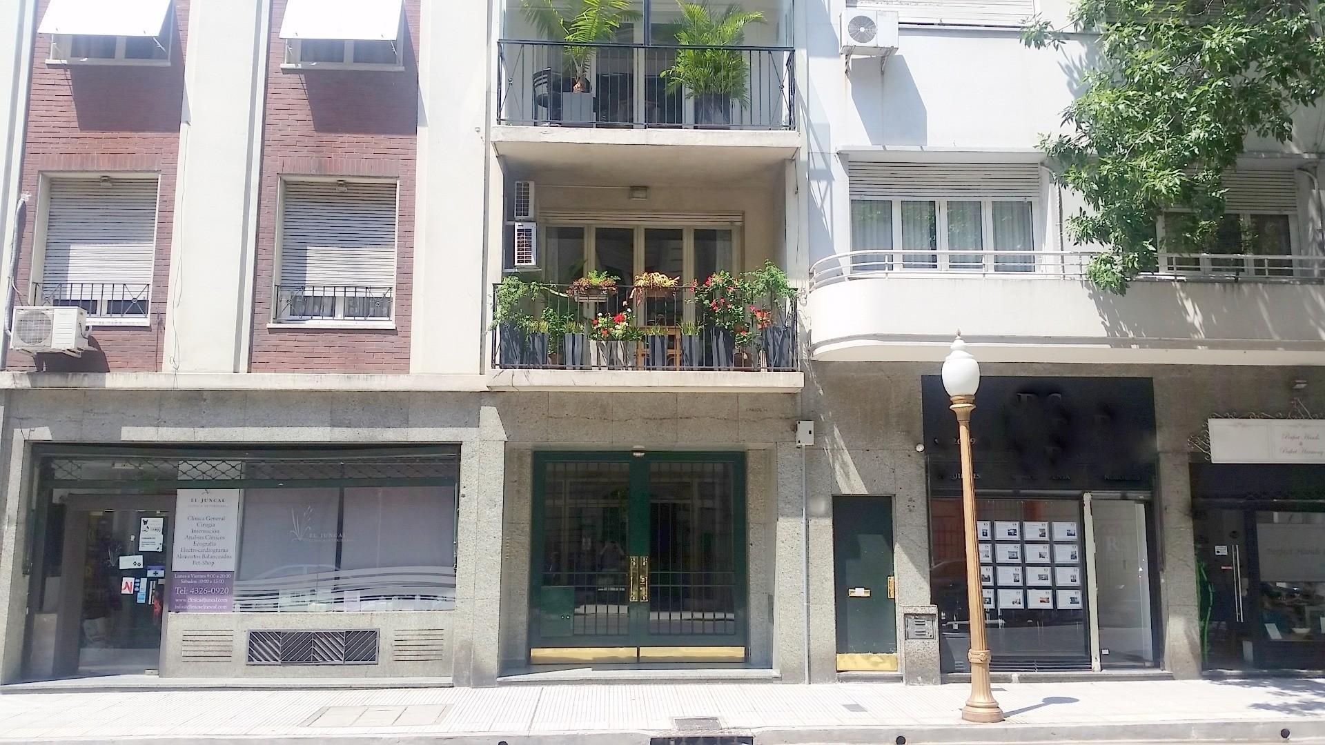 Juncal al 900. Piso al frente con balcón. 220 m2. 3 dormit. Doble Living y Comedor. Lavad. 2 depend.