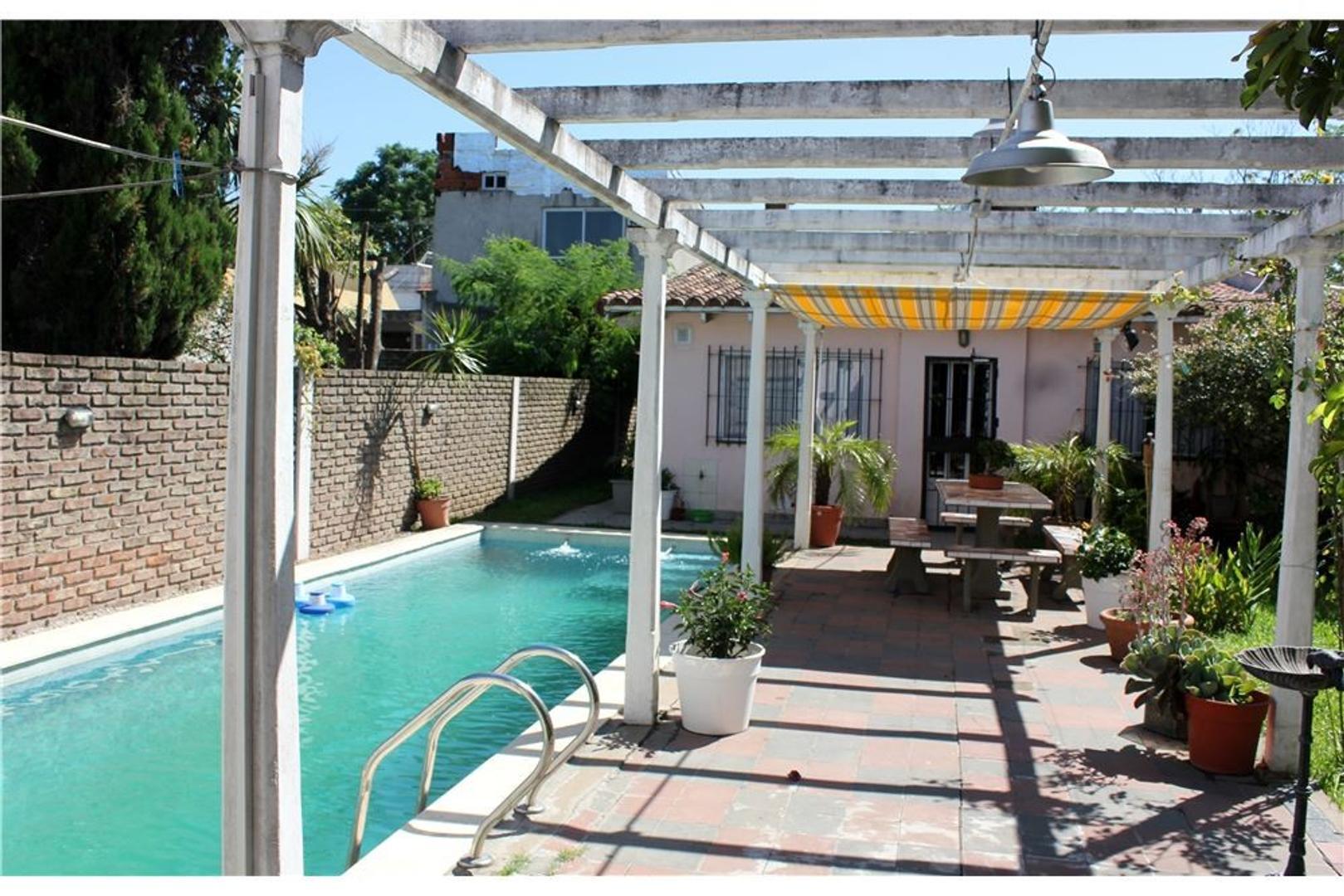 Casa 4 amb c/cochera, parque y piscina.