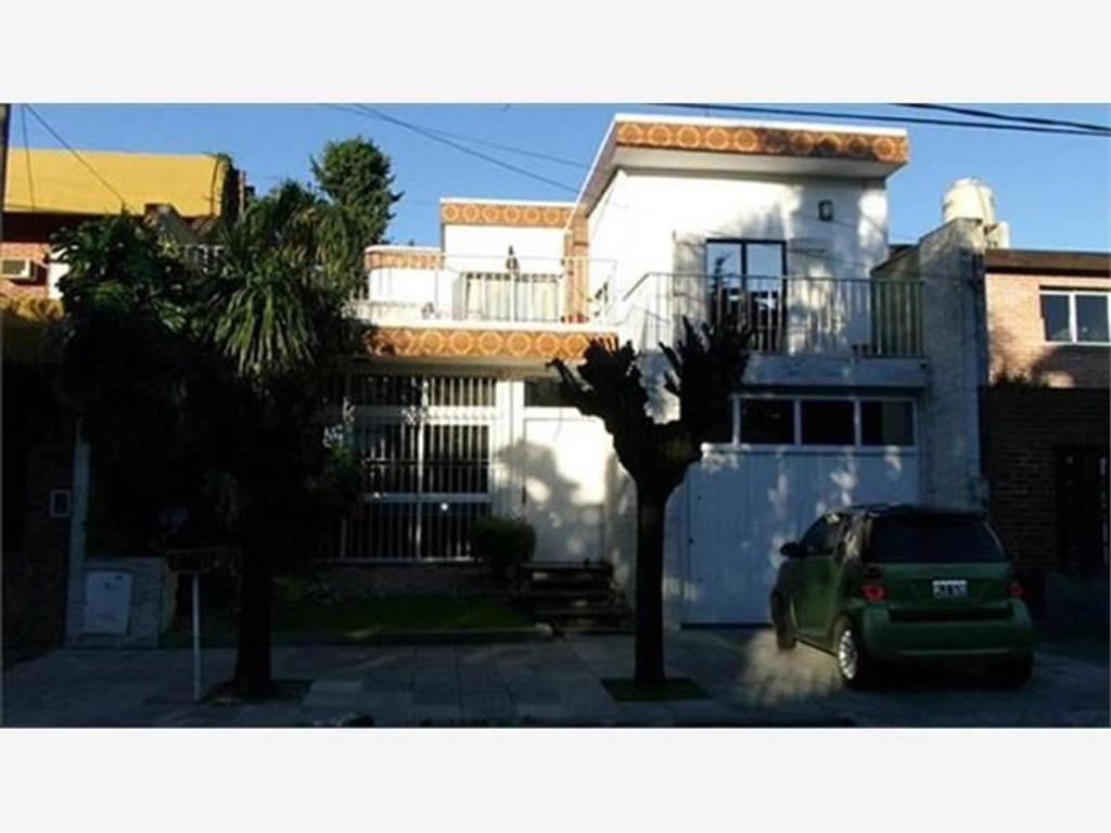 Casa de 4 ambientes y departamento de 3 ambientes. Ideal para 2 familias