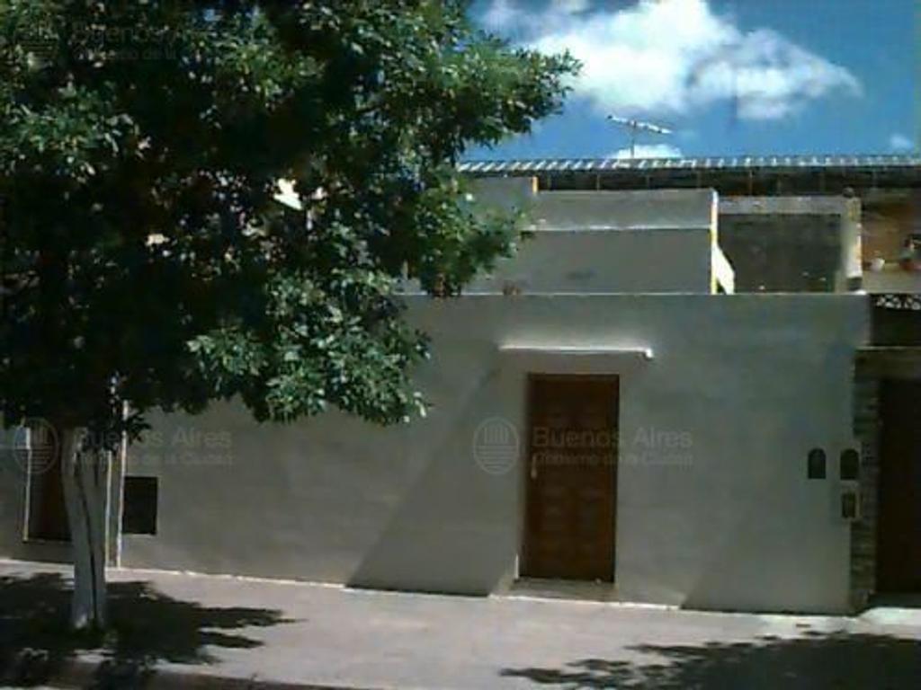 Casa/ terreno a reciclar o demoler. 2 amb amplios. Patio lateral, jardín al frente, deposito.Terraza