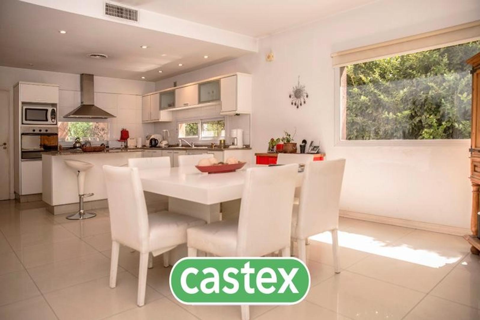 Casa estilo racionalista en venta en  La Lomada  con cochera