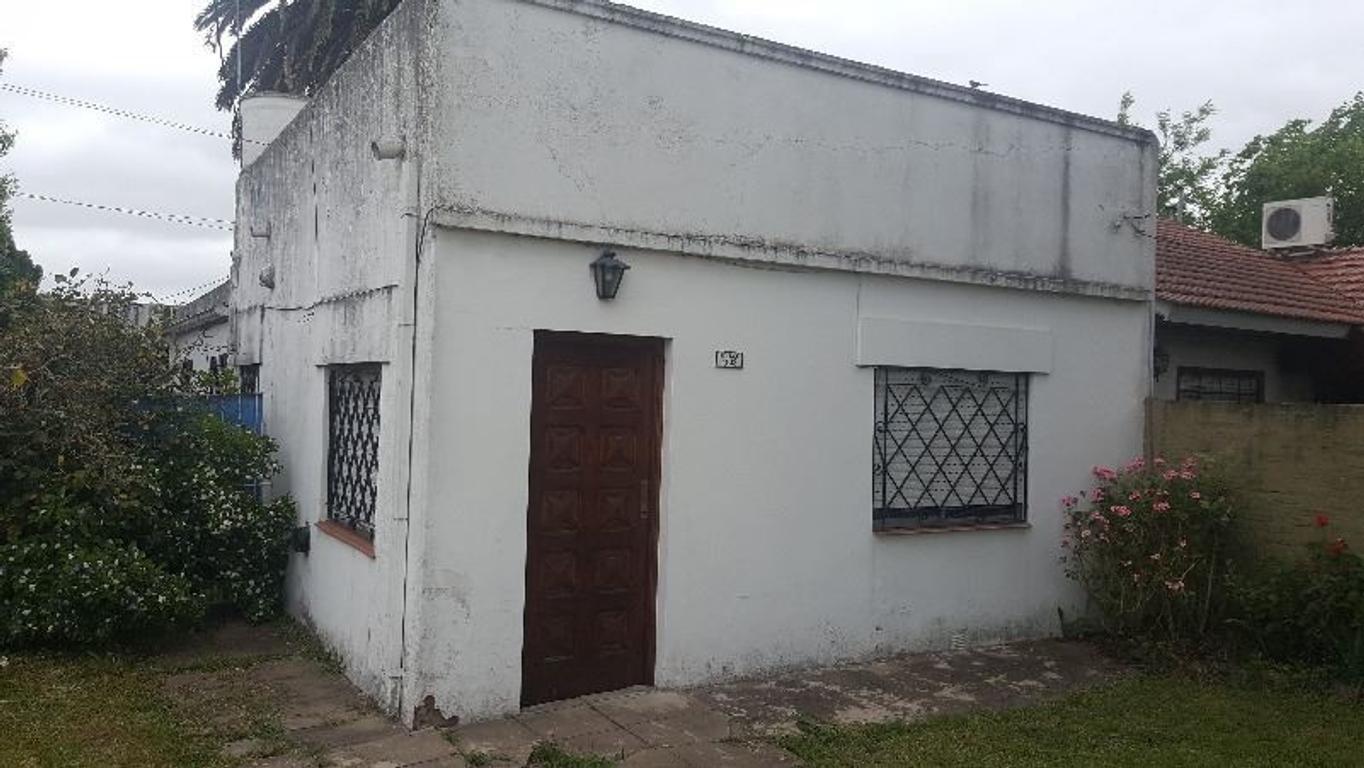 CASA CON AMPLIO FONDO A 250mts  DE ESTACIÓN, EXCELENTE UBICACIÓN