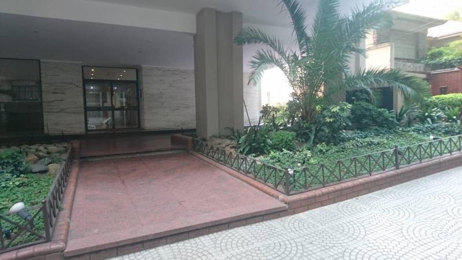 Amplio y Luminoso piso en venta con 2 cocheras en Muy Buen estado