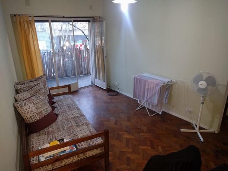 Amplio departamento de 2 ambientes con balcón al frente . Baño completo y Cocina abierta.