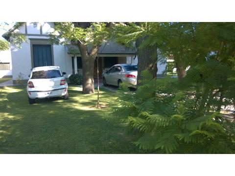 Amplia Casa Quinta muy cerca Estaciòn. 4000 m2 de parque, Pileta enrejada, Capilla, Sala de capaci.